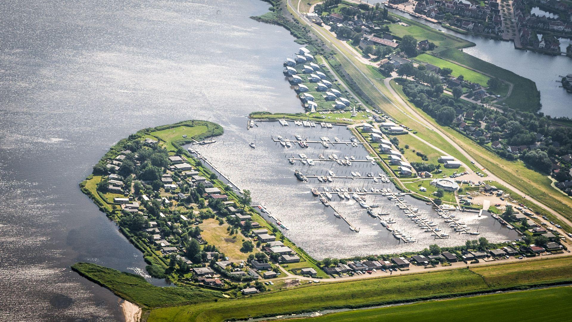 Jachthaven Lauwersmeer Jachthaven Lauwersmeer, de vernieuwde haven aan het Lauwersmeer, beschikt over 360 ligplaatsen en ligt centraal aan het Lauwersmeer.